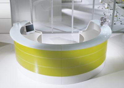 banque d'accueil moderne arrondi blanche et panneau coloris jaune