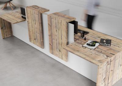banque d'accueil blanche et planches bois