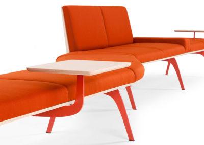 canapé et lounge orange moderne avec tablettes bois brut