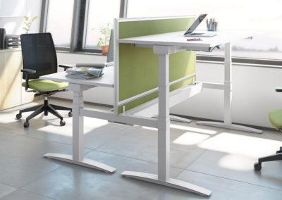 bureau coopératif composé de bureaux à hauteur réglable et chaises ergonomiques à roulettes et accoudoirs