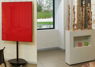 décorations pour espace professionnels : cadre uni couleur rouge et coffre de rangement laqué blanc avec branches de bois brut