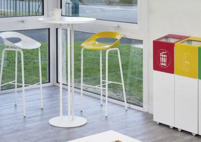 espace pause lunch dans un espace professionnel avec manges debout design et poubelles pour tri selectif