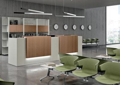 banque d'accueil blanche et panneau bois et néon led avec salon d'attente